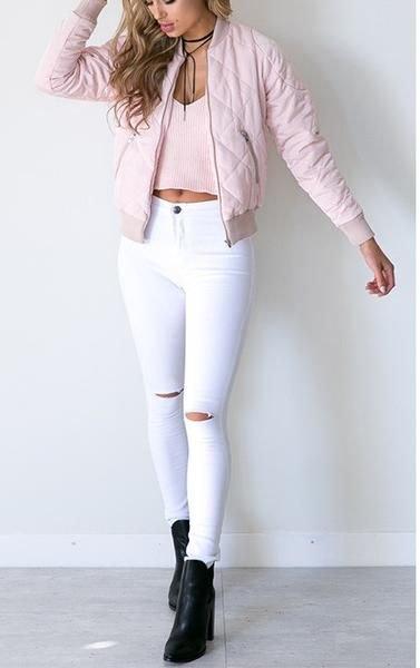 Ljusrosa quiltad bomberjacka med vita smala jeans med hög midja