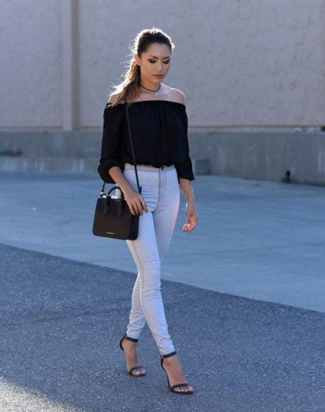 svart, av axeln, skuren blus med vita skinny jeans med hög midja