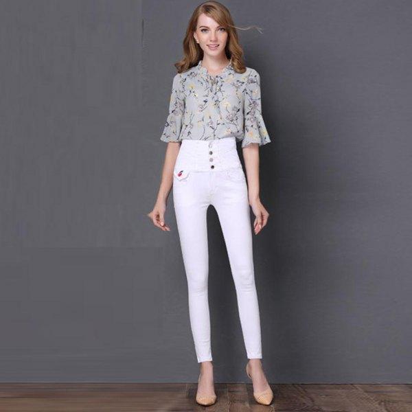 Blushrosa tryckt chiffongklockärmad blus med vit knäppning och jeans med hög midja