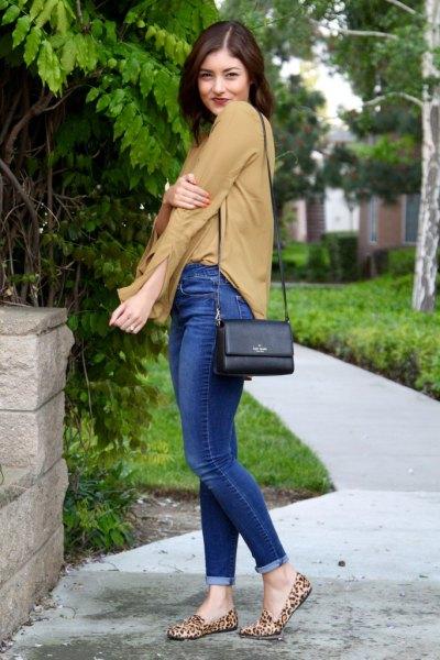Tofflor med leopardtryck, orange chiffongblus, blå jeans