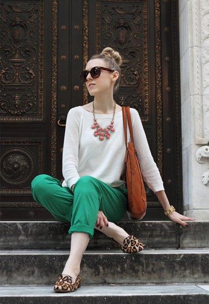 vit stickad tröja gröna khaki byxor