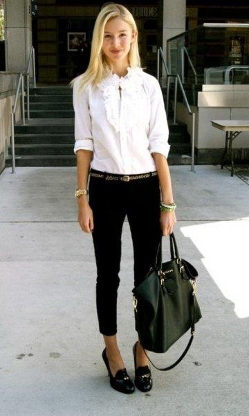 vit skjorta med knappar svarta korta jeans