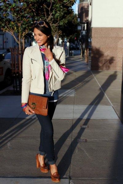 vit skinnjacka blå jeans brun högklackade skor