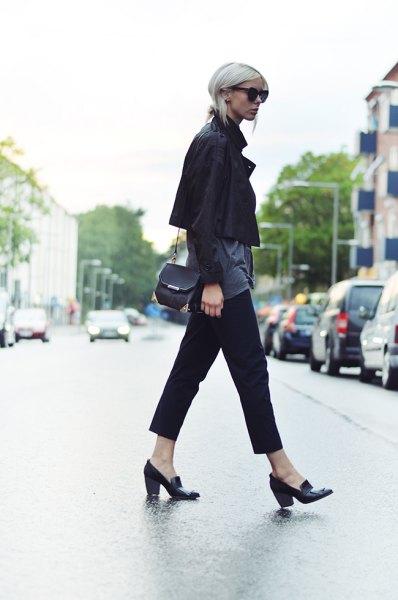 svart högklackad toffel kort läderjacka grå t-shirt