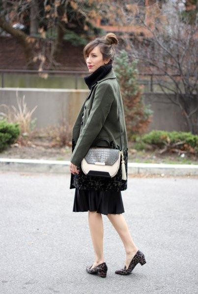 grå trenchcoat svart skater kjol Cheetach högklackade tofflor