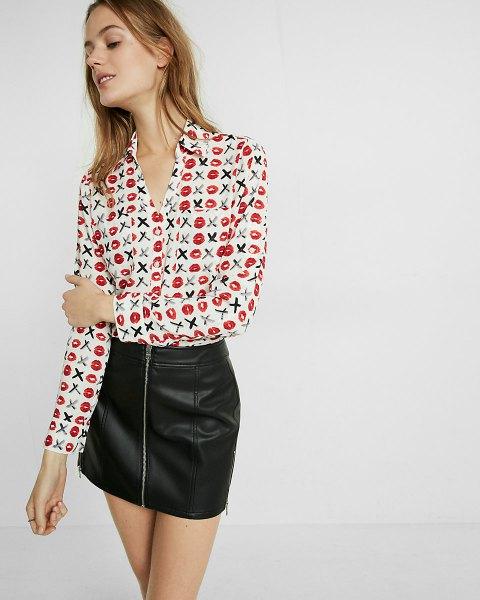 vit tryckt skjorta med slim fit och svart läder minikjol