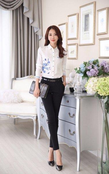 vit, blommig broderad, smalskuren skjorta, tunna chinos