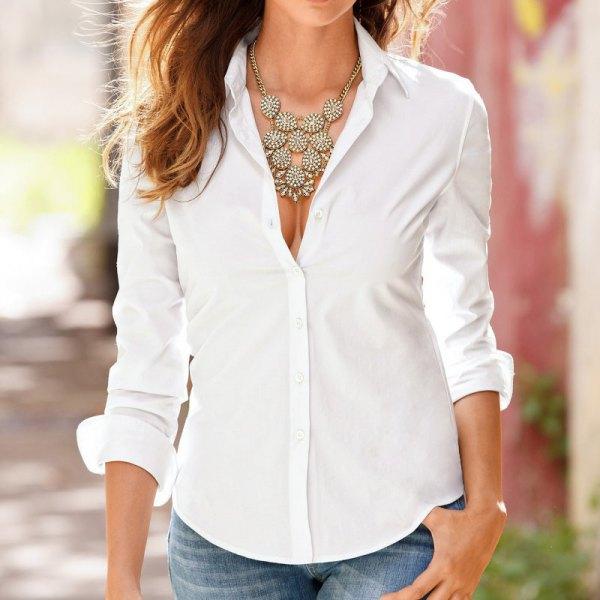 vit slim fit skjorta uttalande halsband jeans