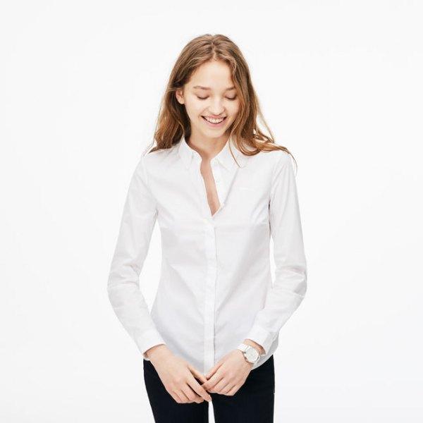 vit skjorta med knappar svarta skinny jeans