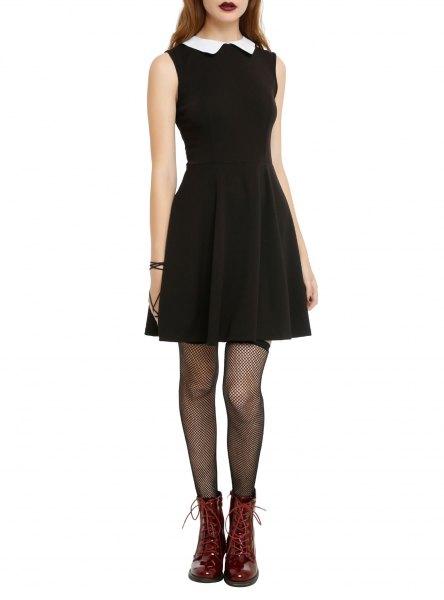 ärmlös klänning med svart passform och flare med vit krage