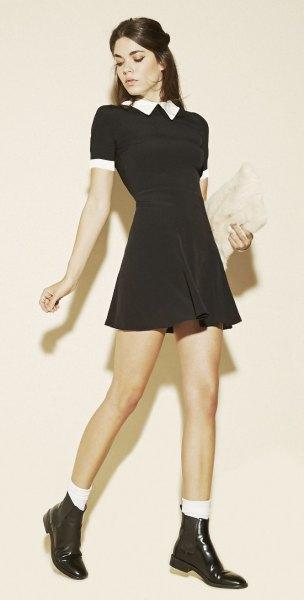 svart klippt och utsvängd miniklänning med vit krage