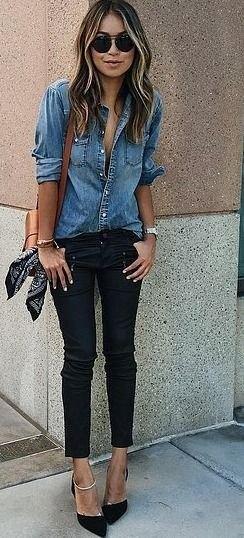 blå jeansskjorta med knappar och svarta skinny jeans