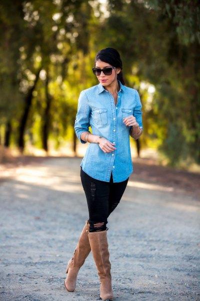 Ljusblå jeansskjorta med svarta jeans och knähöga stövlar med kamelklackar