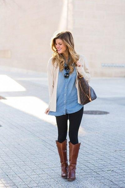 Ljusrosa kofta med tunika jeansskjorta och grå läderstövlar