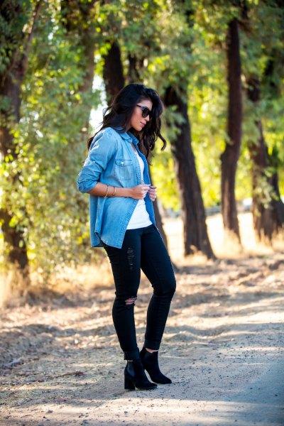 blå casual blus med svarta jeans och högklackade stövlar