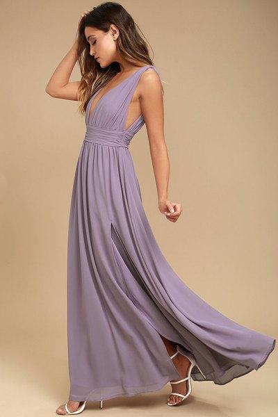 ljuslila djup golvlång veckad klänning med V-ringning