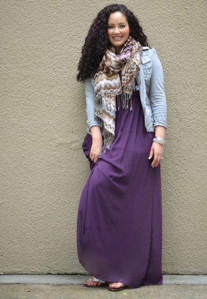 lila maxiklänning med ljusblå jeansjacka och halsduk