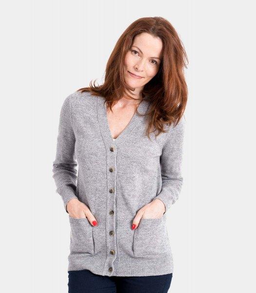grå kofta med V-ringning och svarta skinny jeans