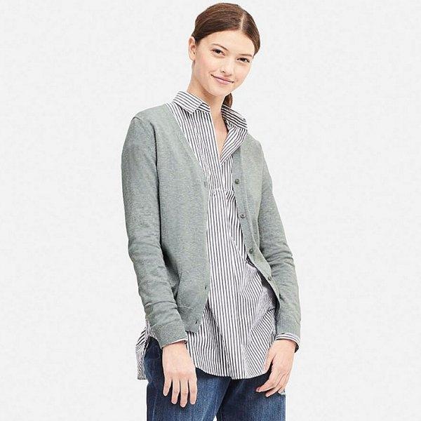 grå kofta med en svartvit randig skjorta med knappar