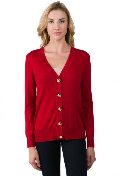 röd kofta med V-ringning och mörkblå skinny jeans