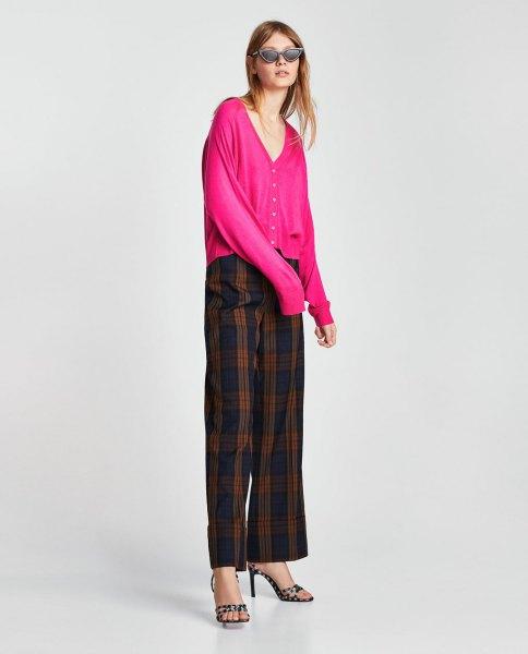 rosa kofta med V-ringning och rutiga byxor i grönt och marinblått