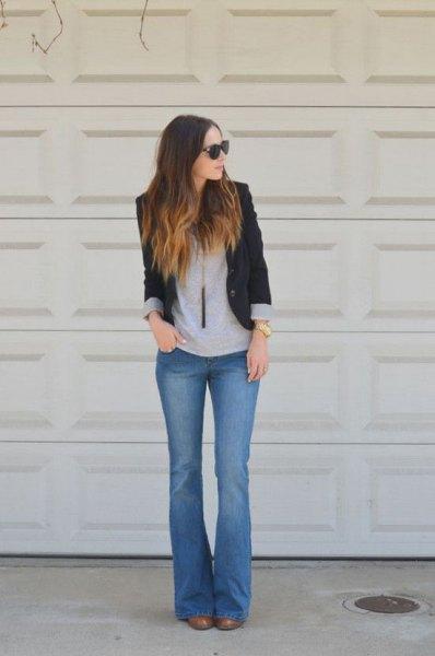 svart kavaj med grå t-shirt och blå flare jeans