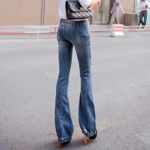 vit skjorta med knappar, jeans med blå klaff och stövlar med klackar