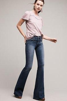 Ljusrosa t-shirt med mörkblå, låga jeans