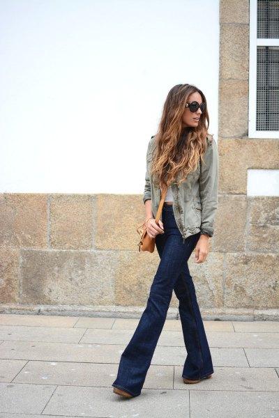 grå jeansjacka med randig T-shirt och mörkblå, platta jeans