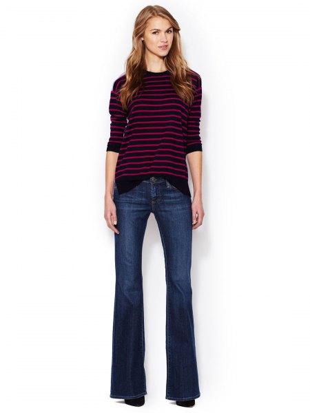 grå och vit randig tröja med rund halsringning och mörkblå, platta jeans