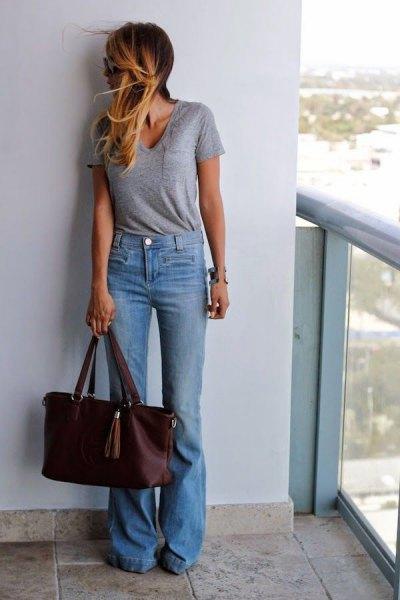 grå kortärmad t-shirt med V-ringning och ljusblå, låga jeans