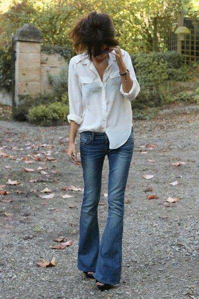 vit pojkvänskjorta med blå jeans med låg midja