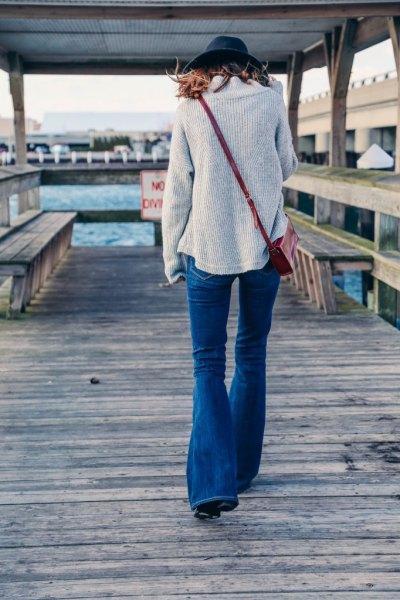 Ljusgrå, ribbad kofta med utsvängda jeans och filthatt