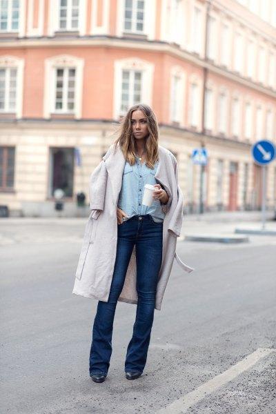 vit lång ullrock med ljusblå chambray-skjorta och mörkblå jeans