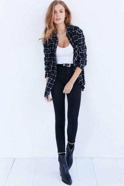 vit, nedskuren linne med rutig pojkvänskjorta och korta svarta jeans