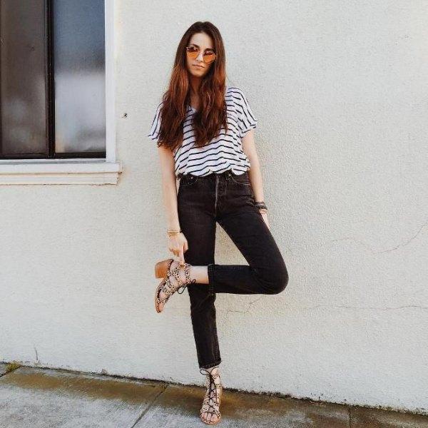svartvitt randigt kortärmad T-shirt med hög midja, smala jeans