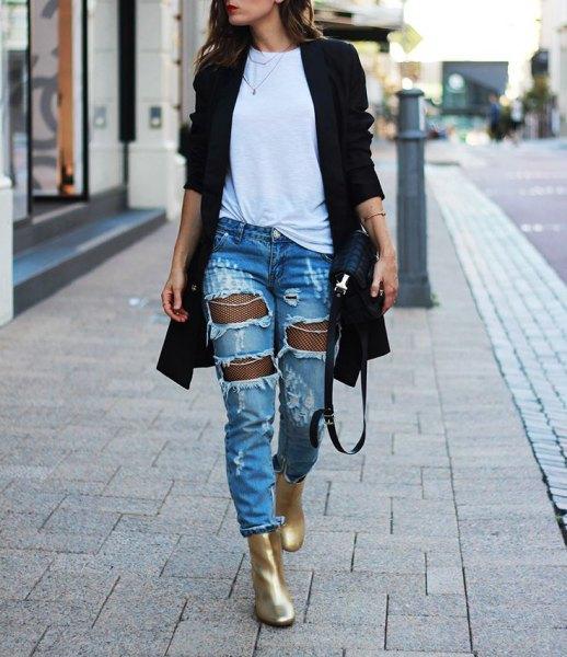 guld ankel stövlar svart lång kofta rippade jeans