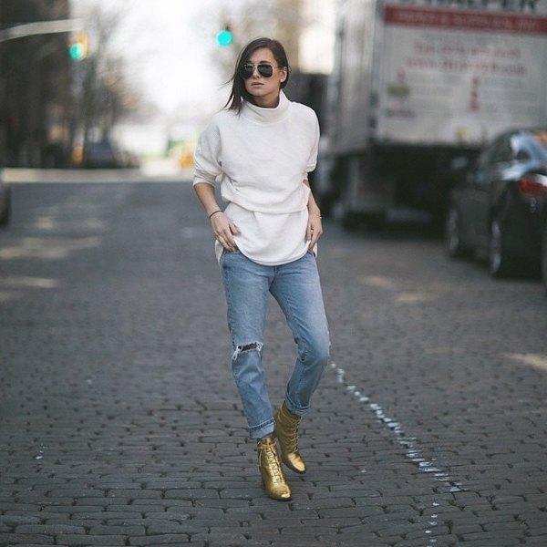Vit Mock Neck överdimensionerad tröja pojkvän jeans guld stövlar