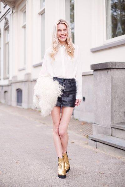 vit skjorta svart mini läder kjol guld stövlar