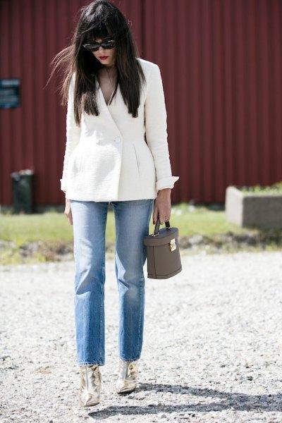 vita blazer mom jeans guld ankelstövlar