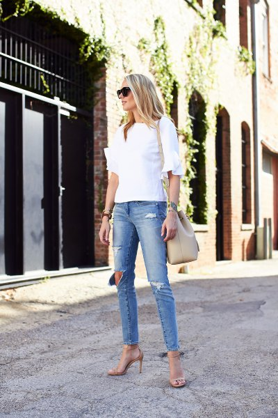 vit blus med volangärmar och ljusblå skinny jeans