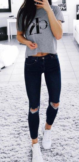 grå kort grafisk t-shirt med svarta skinny jeans