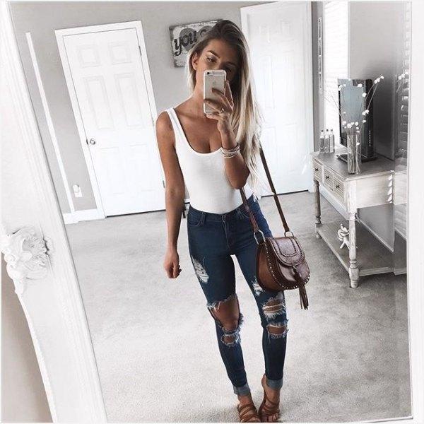 vit linne med scoop-halsringning och kraftigt sliten mörkgrå skinny jeans