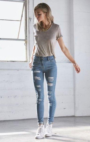 grå t-shirt med ficka fram och ljusblå skinny jeans