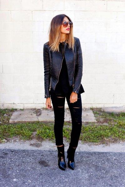 svart skinnjacka med trasiga skinny jeans och spetsiga tåstövlar