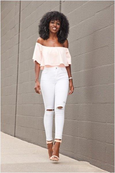 blekgul off-the-shoulder blus med vita skinny jeans