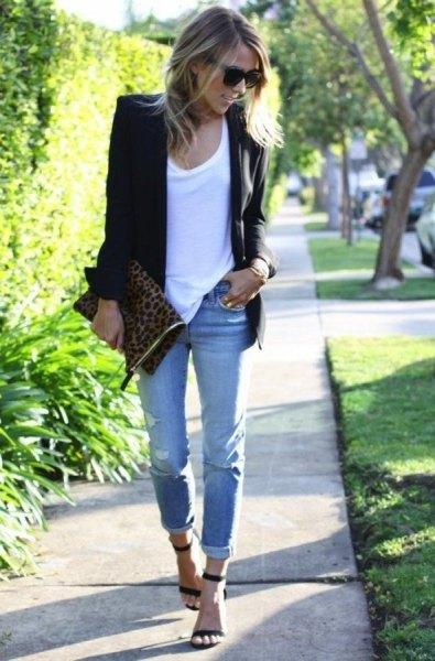 svart kavaj med vit linne och ljusblå jeans med muddar