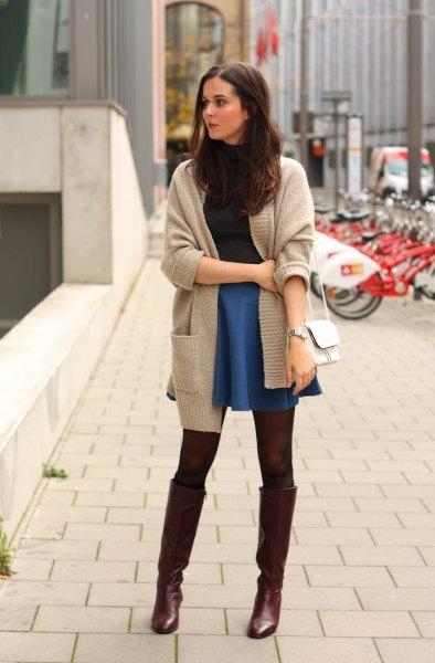 grå kofta med blå jeans skater mini kjol och svarta höga stövlar