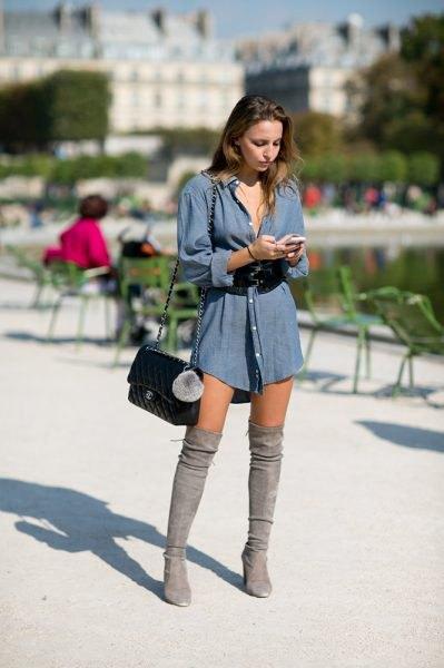 blå långärmad chambray-skjortklänning med stövlar över knäna