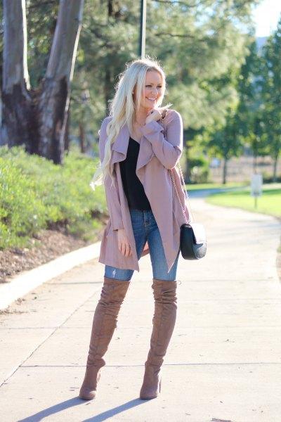 rosa trenchcoat med blå skinny jeans och overknee stövlar